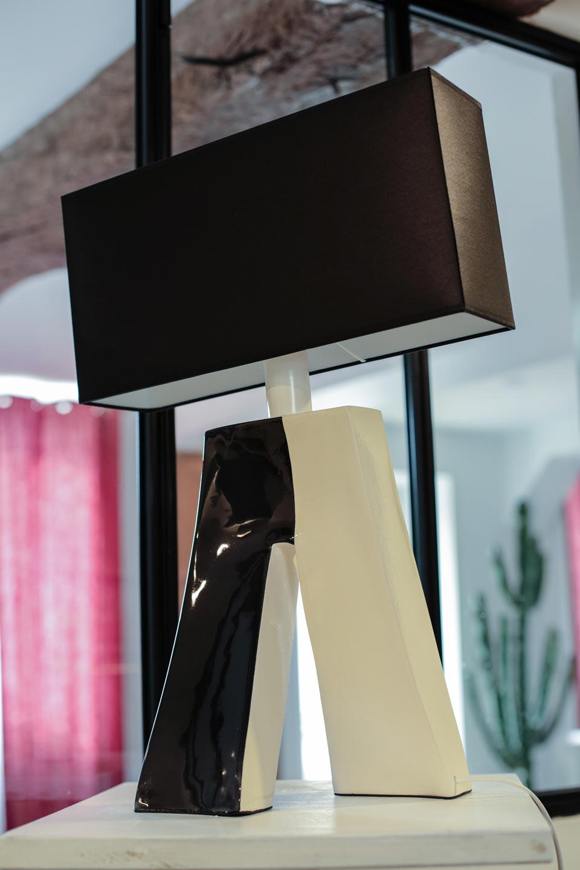 lampe ballade couture bicolore noire et blanche les artisans d 39 art luminaires en r sine et. Black Bedroom Furniture Sets. Home Design Ideas