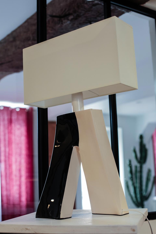 lampe ballade couture 2 noire et blanche les artisans d 39 art luminaires en r sine et laiton. Black Bedroom Furniture Sets. Home Design Ideas