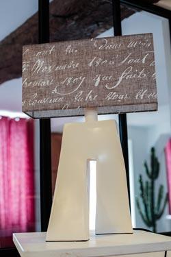 Lampe Ballade Littéraire écritures blanches. Les artisans d'art.