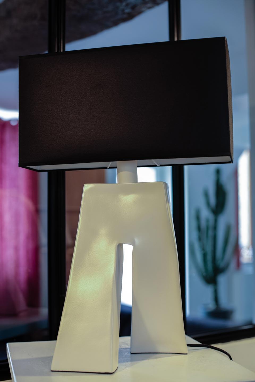 Lampe Ballade Lynn, pied en céramique blanche. Les artisans d