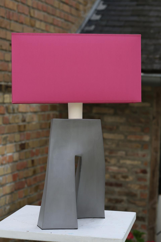 Lampe Ballade rose fuchsia, pied en céramique grise  . Les artisans d