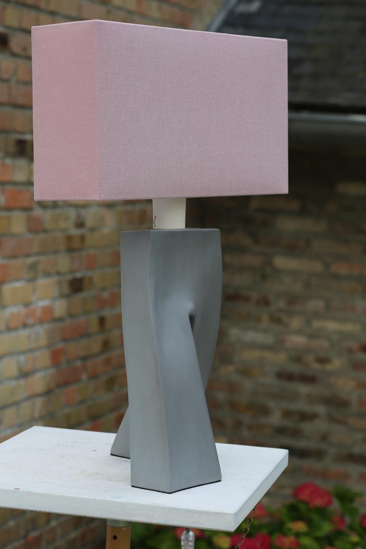 Lampe Ballade rose pied en céramique grise . Les artisans d