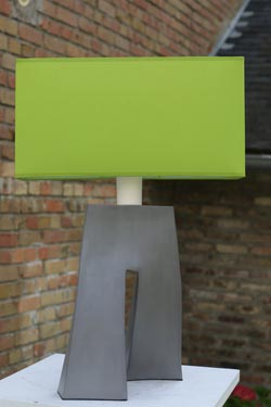 Lampe Ballade vert anis et pied en céramique grise. Les artisans d'art.