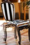 Chaise altuglass baroque motif à rayures noires et blanches. Acrila.