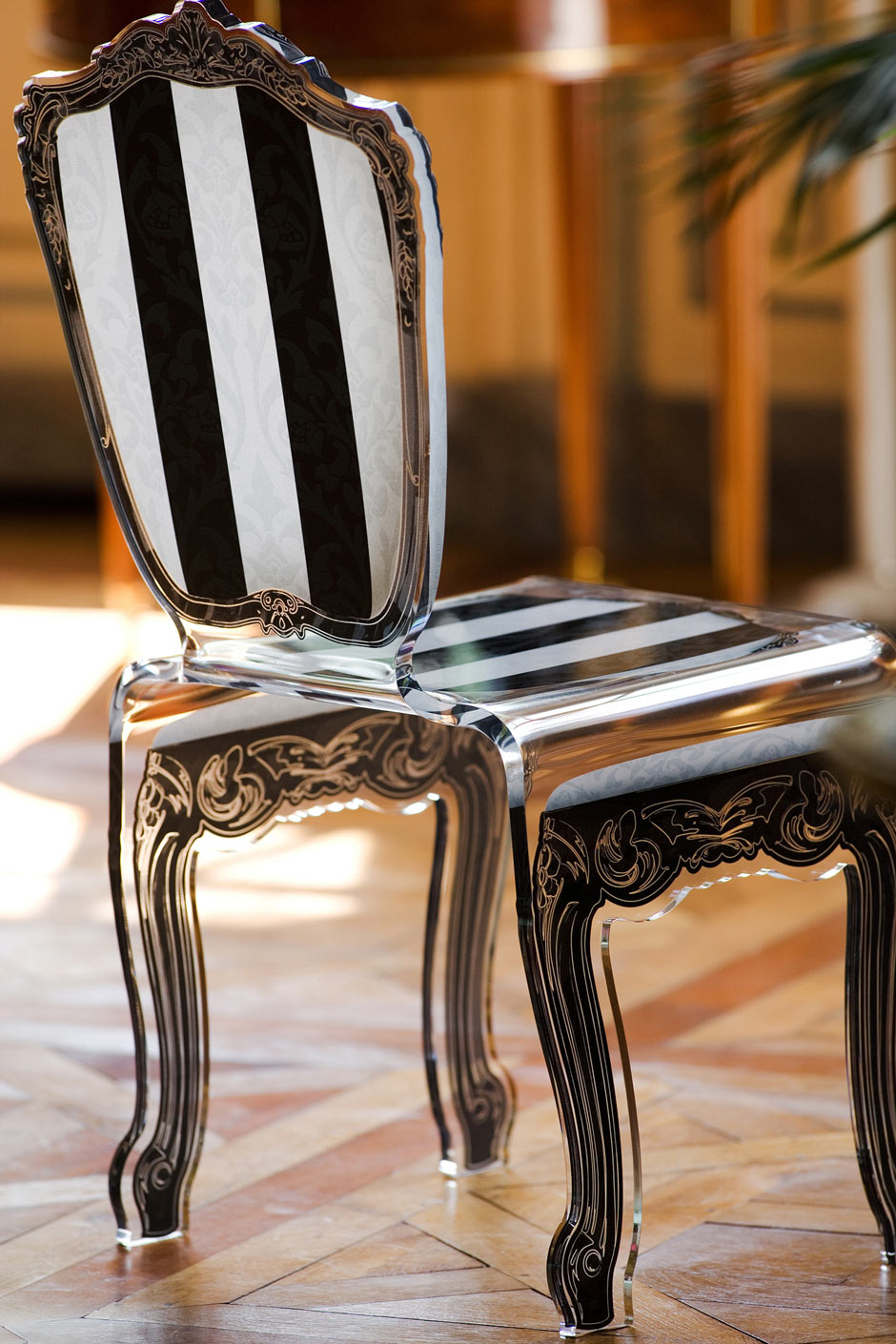 Chaise à motif sérigraphié baroque et tissu damassé à rayures noir et blanches