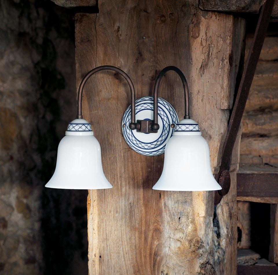 Applique double porcelaine blanche décorée et tubes de laiton patiné vieilli. Aldo Bernardi.