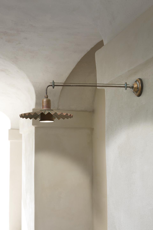 Applique en potence réflecteur plissé laiton vieilli 26cm version spot . Aldo Bernardi.