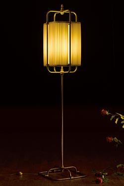 Lampadaire carré en soie beige et laiton patiné foncé. Aldo Bernardi.