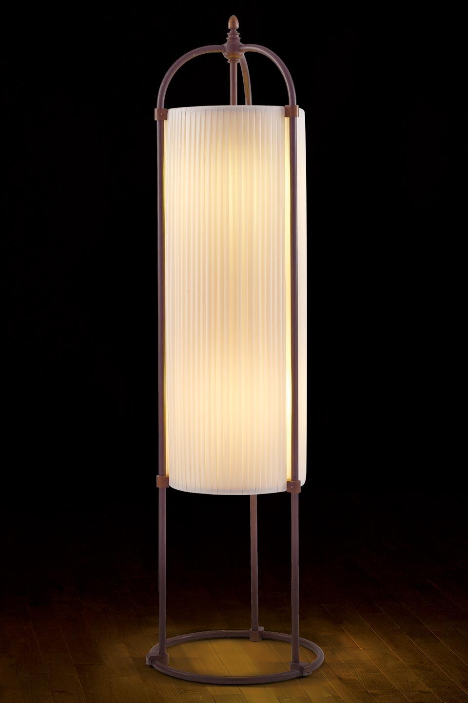 Lampadaire colonne beige rubans de soie et tubes de laiton patiné foncé. Aldo Bernardi.