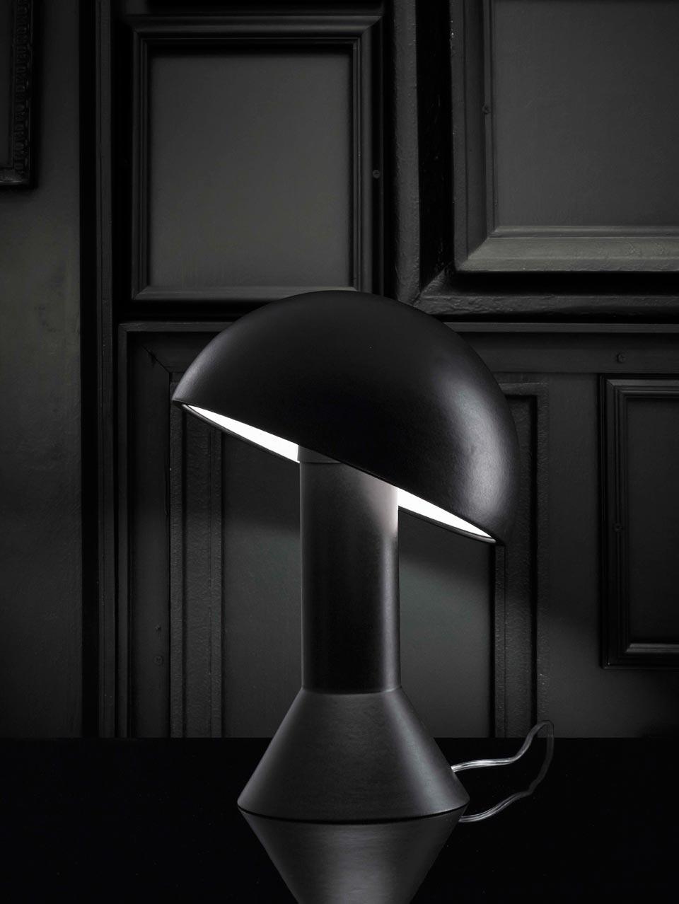Lampe de table en céramique noir mat. Aldo Bernardi.