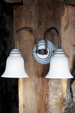 Wall lamp decorated white porcelain and aged patinated brass tubes. Aldo Bernardi.