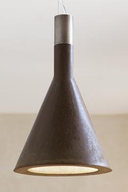 Suspension en béton ciré cône marron foncé Funnel. Aldo Bernardi.