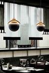Suspension en céramique or et sphère noir mat. Aldo Bernardi.