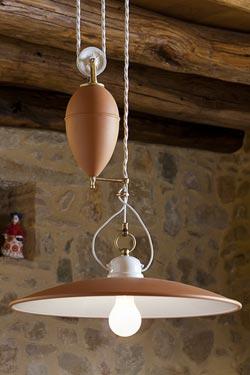 Suspension en porcelaine terracotta à contrepoids. Aldo Bernardi.
