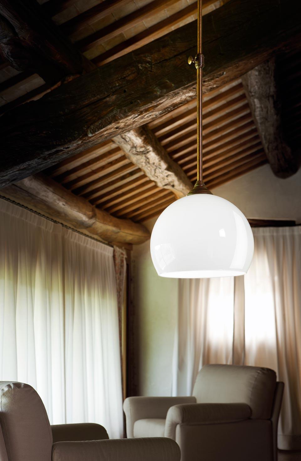 Suspension simple en laiton vieilli et verre opale blanc for Lampade interni design