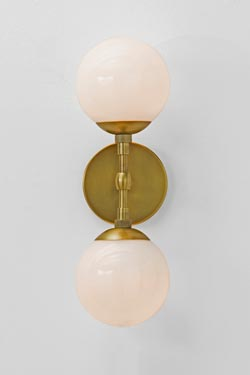 Applique double boule en verre et laiton antique Polaris. Arteriors.
