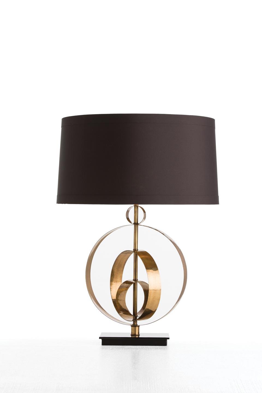 Lampe en laiton antique et abat-jour noir Raleigh. Arteriors.