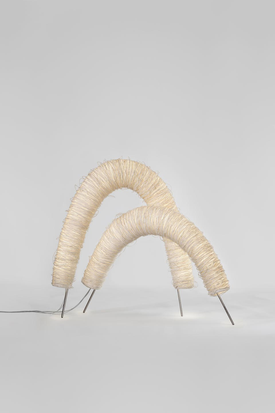 Arc duo de lampes de table en corde de cellulose blanche. Arturo Alvarez.