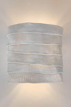 Petite applique en tissu blanc plissé replié siliconé Kala. Arturo Alvarez.
