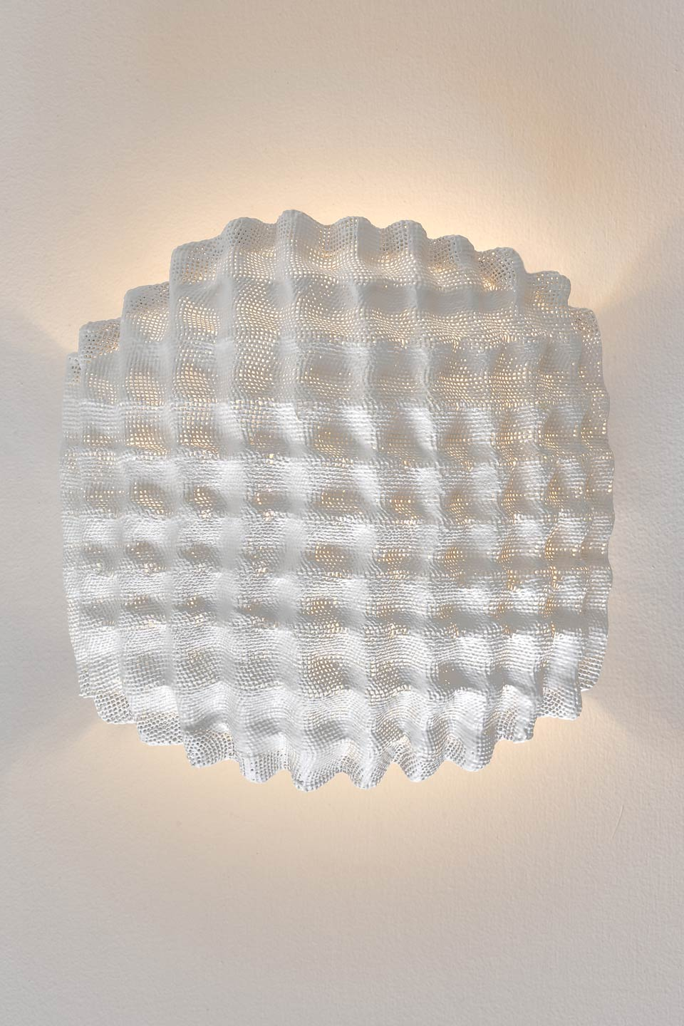Small wall light in white embossed fabric Tati. Arturo Alvarez.