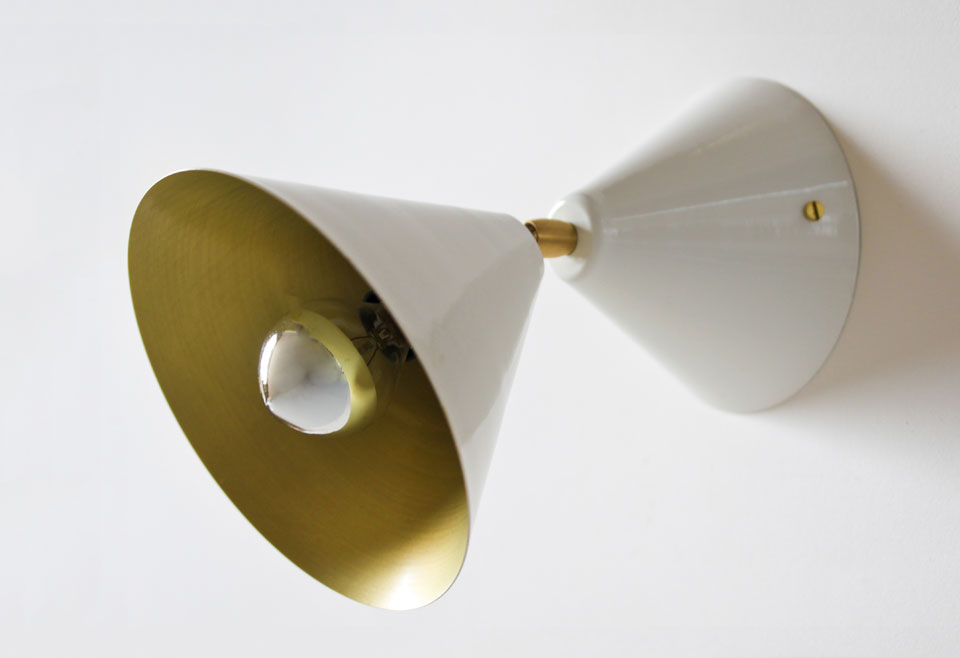 Applique Cône laqué blanc intérieur doré. Atelier Areti.
