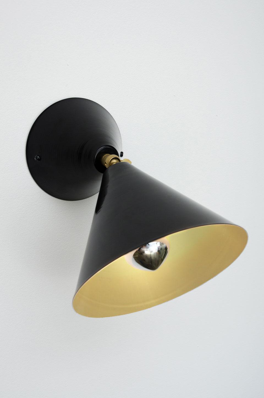 Applique noire intérieur doré à cône orientable. Atelier Areti.