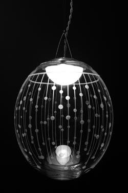 Kirshlag Suspension ronde en cristal soufflé gravé dessin no 3 petit modèle. Atelier Areti.