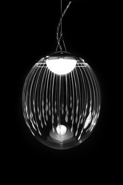 Kirshlag Suspension sphère en cristal soufflé gravé dessin no 4 petit modèle. Atelier Areti.