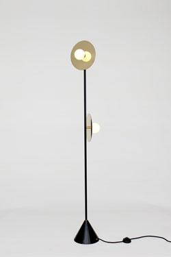 Lampadaire noir et doré Disc and Sphere, 2 lumières boule opale blanche. Atelier Areti.