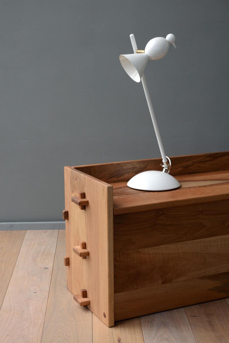 Lampe de bureau design blanche Alouette inclinable. Atelier Areti.