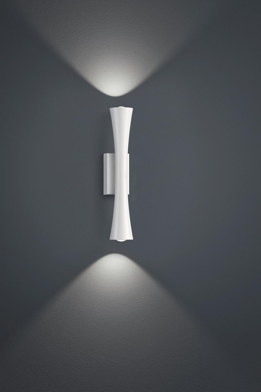 Applique fine en métal laqué blanc. Baulmann Leuchten.