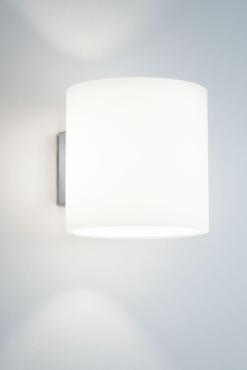 Applique blanche en verre opale, forme cylindrique. bpe:LICHT.