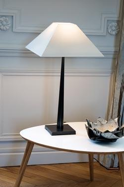 lampe de table abat jour pyramide blanc petit mod le l76 casadisagne luminaire contemporains. Black Bedroom Furniture Sets. Home Design Ideas