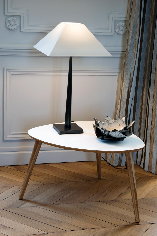 Lampe de table abat-jour pyramide blanc petit modèle L76. Casadisagne.