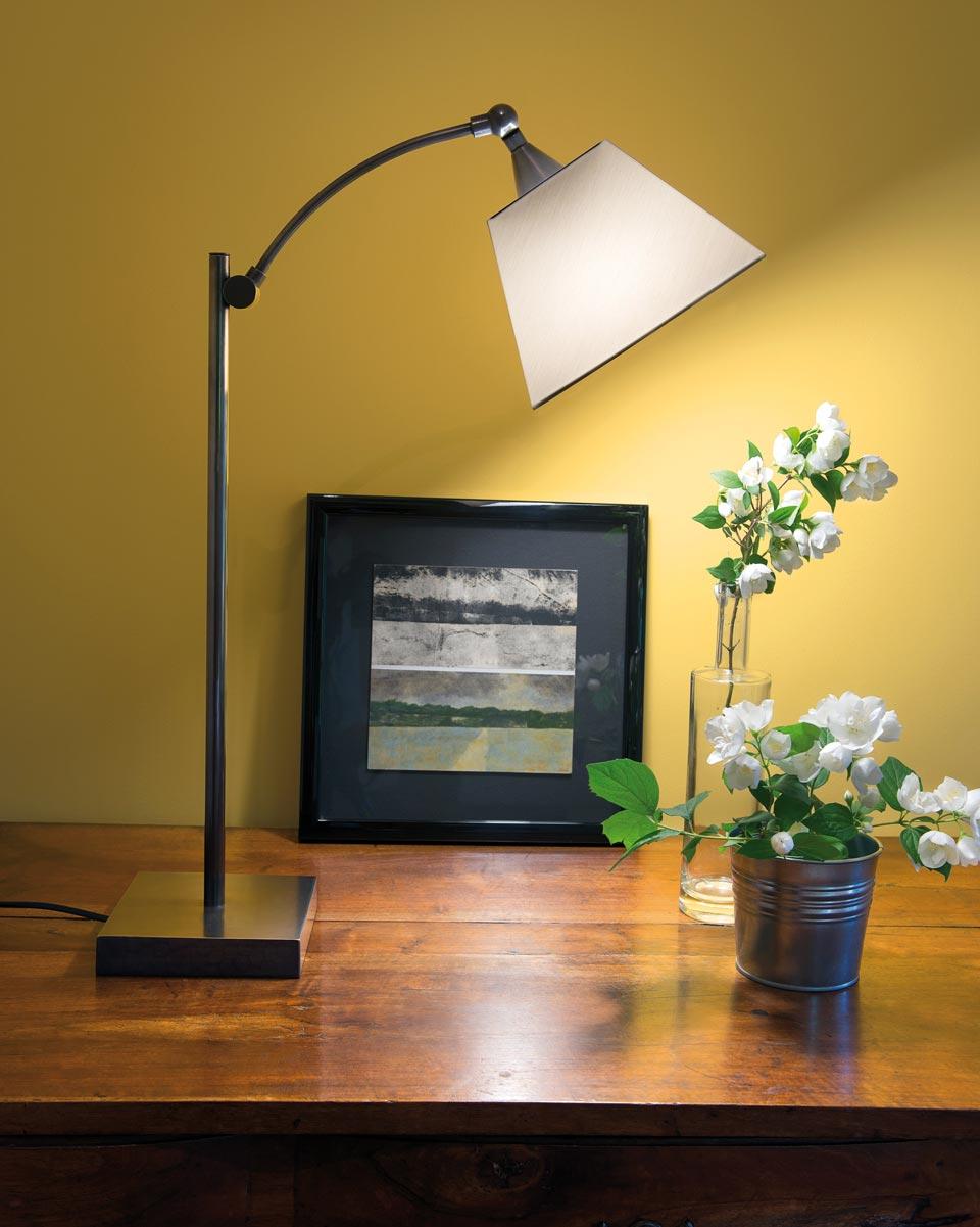 Lampe de table avec abat-jour blanc conique L116 . Casadisagne.