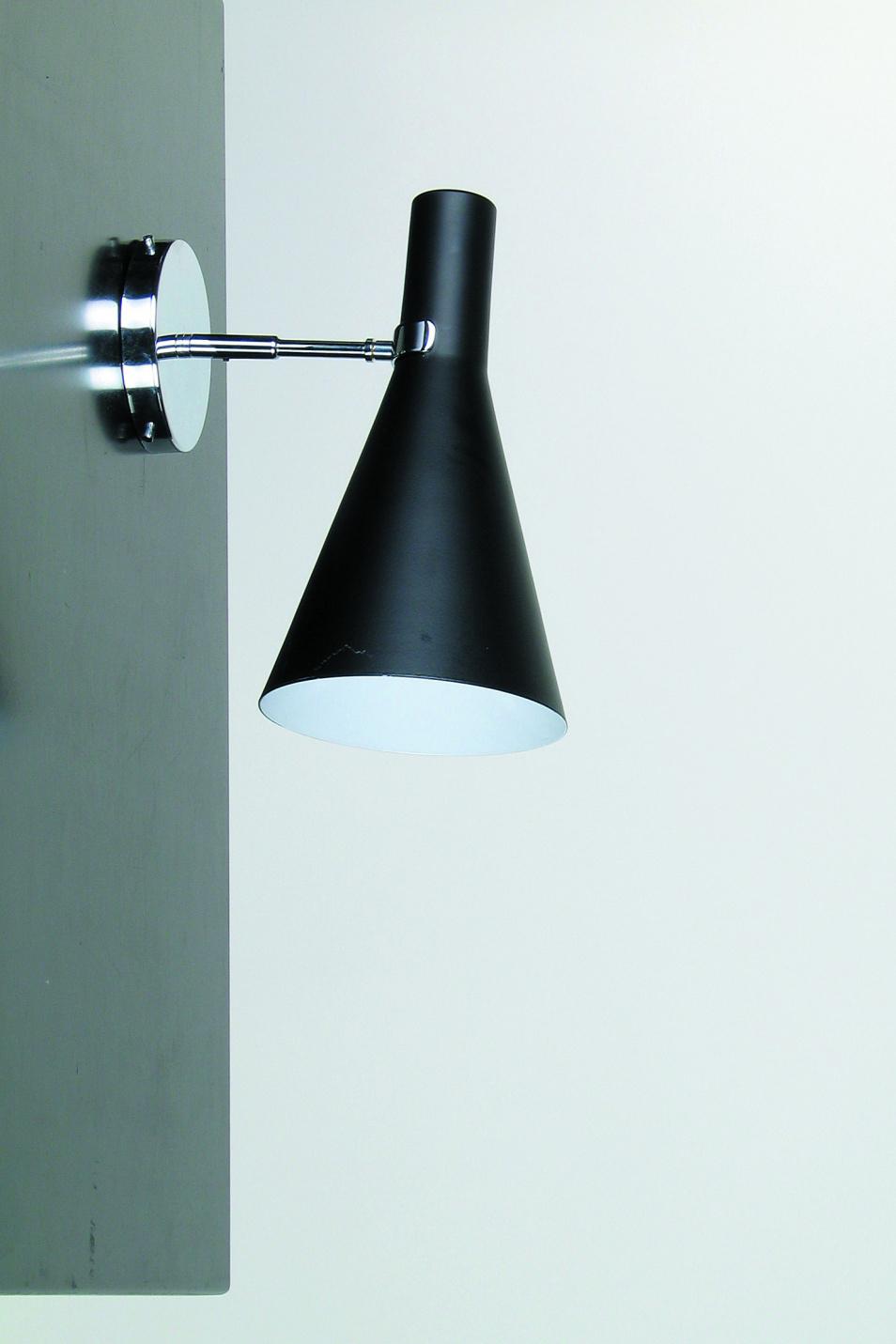 Applique noire en métal forme conique, intérieur blanc. Contract&More.