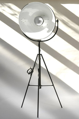 Floor lamp tripod type projector, adjustable reflector. Contract&More.