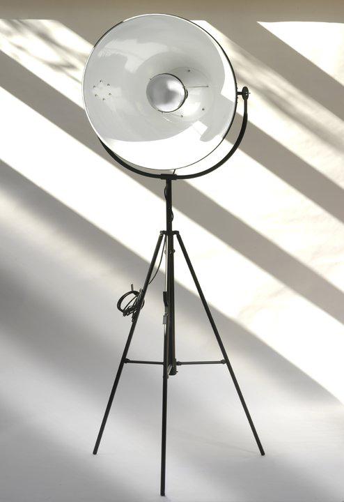 Lampadaire trépied type projecteur, réflecteur orientable. Contract&More.