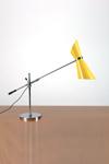 Lampe de bureau Stilnovo 1950 jaune en métal. Contract&More.