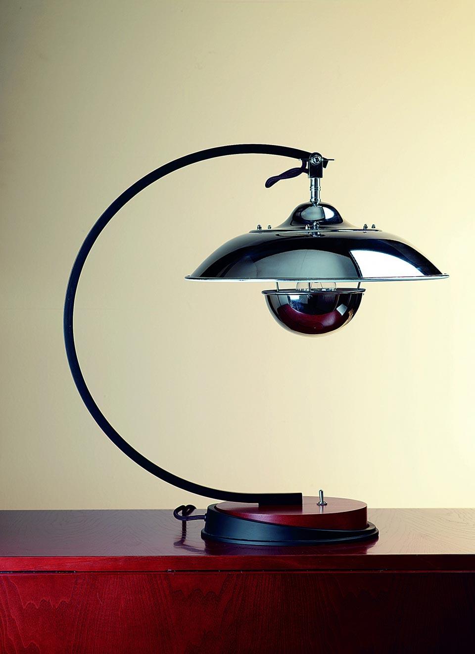 Lampe de bureau avec un bouclier chromé et un socle en bois précieux