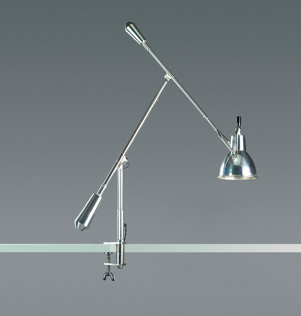 Lampe de bureau sur étau à double balancier. Contract&More.