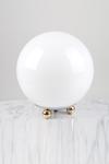 Lampe de table boule en verre blanc et 3 petits pieds boules . Contract&More.
