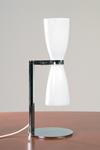Lampe de table double réflecteur en verre opale blanc. Contract&More.