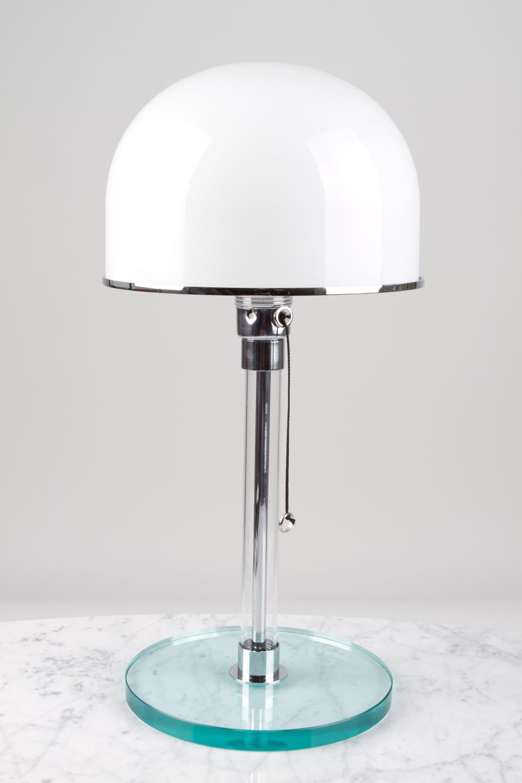 Lampe de table en verre et métal chromé. Contract&More.