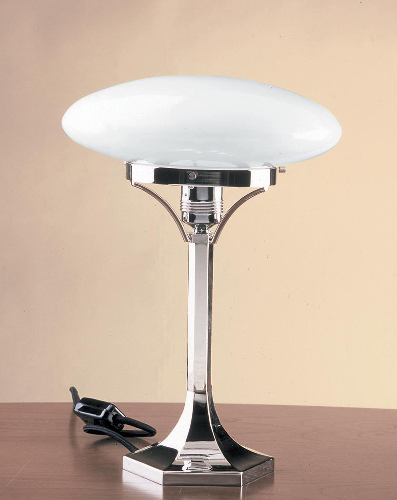Lampe de table en verre opale blanc et pied chromé. Contract&More.