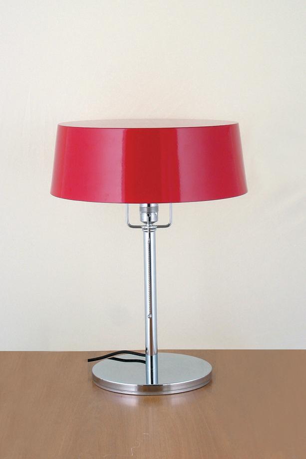 Lampe de table Pierre Chareau pied droit chromé et abat-jour rouge. Contract&More.