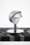 Petite lampe de table casque en métal chromé. Contract&More.