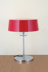 Pierre Chareau table lamp with chrome foot and red lampshade. Contract&More.