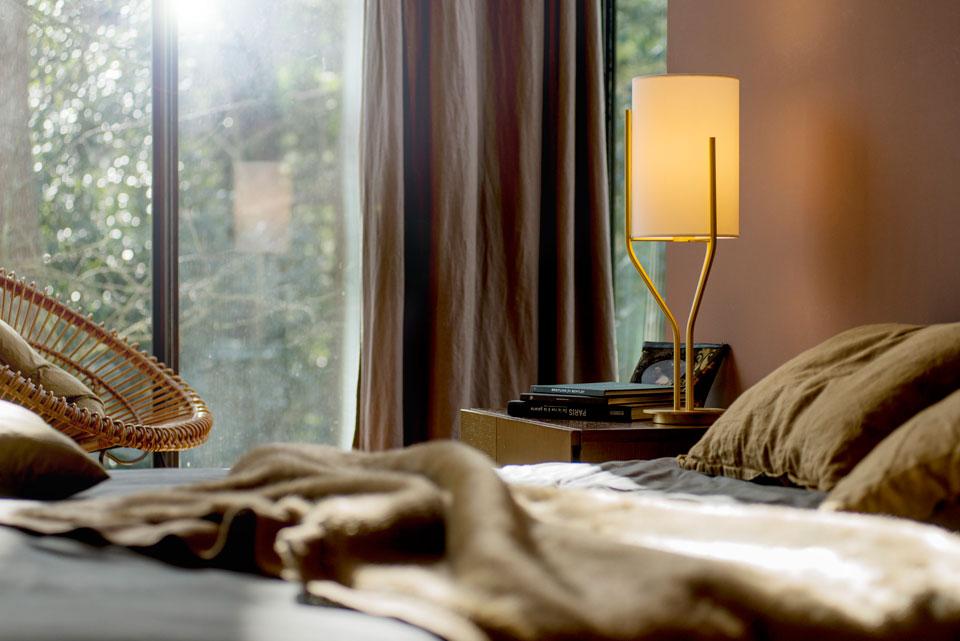 Lampe de table, laiton satiné et abat-jour en Drop Paper ® Arborescence. CVL Luminaires.