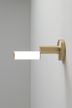 Signal applique design en laiton satinée. CVL Luminaires.
